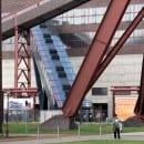Alte und neue Technik: Fahrtreppe unter Bandbrücke