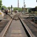 Von links: Einfahrt der versorgten Loks in den Schuppen, Geradeaus: Ausfahrt zum Dienst